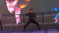 功夫巨星梁小龙助阵国际拳王争霸赛,擂台狂飙绝技,不愧是练家子