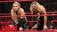 娜塔vs莎夏 遭萨摩亚姐妹干扰 凤凰女出手展霸气笑容