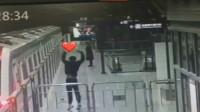 狗粮扑面而来?地铁韩式告别:男孩垫脚比心送别女孩