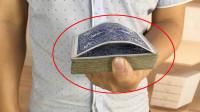 为什么插入中间的扑克牌能自动跳到一张?学会骗朋友玩
