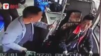 """看你闹?醉酒男子抢夺公交司机方向盘 热心乘客出手""""护驾"""""""