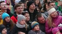 """白俄罗斯:""""奇装异服""""滑雪赛  花式跳水别冬天"""