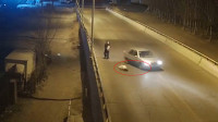 女童与父同行被撞飞 司机下车看一眼跑了