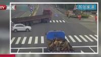 江苏张家港:400斤轮胎突然从车上脱落  撞伤道路施工人员