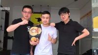 中新社微信公众号:拎起餐盒送外卖  登上擂台做拳王