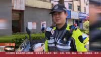云南曲靖:骑警公交车顶托举光缆 确保道路畅通