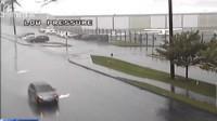 美国:风雨中电线杆倒塌  砸中行驶小汽车