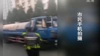 云南曲靖:骑警公交车顶托举光缆  不顾安危保道路畅通