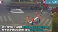 江苏张家港:400斤车轮突然从车上脱落 撞伤道路施工人员