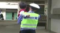 江西:小男孩不慎走失 民警助其回家