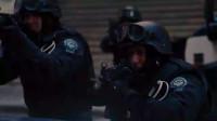 蝙蝠侠 贝恩绑架了市民,警察们封锁了马路却还是拿他束手无策