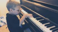 美国7岁盲童弹唱著名经典曲目
