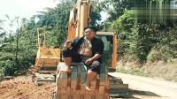 小伙身上挂着铁链子,手拿红酒坐在挖土机车斗上,这也太皮了