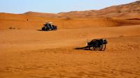 """中国小伙去沙漠旅行,看到了沙漠中的""""隐居者"""",搭建的房子很豪华啊!"""