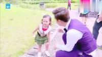 甜馨摔倒贾乃亮大步向前冲向女儿,摔在女儿身疼在爸爸心啊