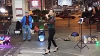 街头艺人大美女激情演唱《最后一夜》,最美的声音引路人围观