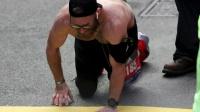 突然抽筋,男子爬过马拉松终点:只为纪念已逝队友