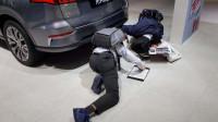 上海车展比亚迪展台宋Pro EV为何让丰田调查员跪地观察?