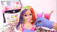 芭比娃娃美妆秀:女子为它染了一头漂亮的七彩秀发