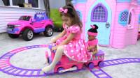 萌娃小可爱的玩具小火车真是有趣呢!小家伙和玩具宝宝一起玩的可开心了!