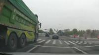 行车记录仪:面包车强闯红灯,视频车无奈撞上去