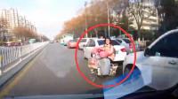 行车记录仪:车堆里突然窜出一辆自行车,这谁能防得了