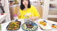小姐姐吃美食,菜品好看,中间那道菜是我最喜欢的。