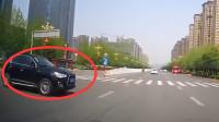 行车记录仪:路口谁也不让谁,看谁修理费贵
