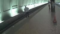 盲人在地铁站踩空摔落轨道,众多好心人帮助他脱险
