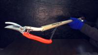 很普通的一把修枝剪,加根杆子变成电动的,小改装解决大问题