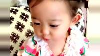 小萝莉一边喝奶一边跟妈妈说:妈妈你脸上有痘痘,好可爱!