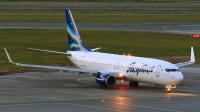 波音737客机跑道上起火!引擎喷出火焰吓坏乘客