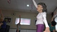 酷!世界最年长瑜伽教练:100岁奶奶依然在教课
