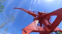 浦东杨浦大桥下面的滨江码头的吊车见证了当年的工业盛况