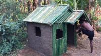 野外求生,两父子户外搭建竹屋,遮风挡雨完全没问题