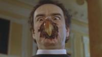男子被改造成半人半鸟的怪物,长出了猫头鹰嘴巴,头还能360度旋转
