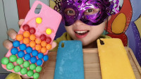 """妹子吃""""手机壳巧克力"""",镶嵌缤纷m豆超脆甜,创意甜点吃得好嗨"""