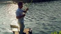 钓鱼小哥钓台上垂钓、视力不好看不清漂相,全凭感觉同样接连上鱼