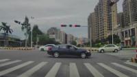 惊险!小车闯红绿灯,结果和右边的车辆撞上了!
