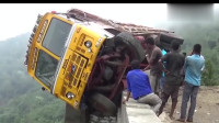 卡车承载货物太重,竟翻车到了悬崖边,你猜最后怎么样?