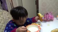 小霖霖吃饭前就要亲小弟弟,看兄弟两个的小表情,简直萌翻啦