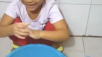 6岁小朋友想吹泡泡,没有泡泡器,看小朋友是怎么玩的吹泡泡