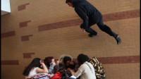跑酷达人在学校飞檐走壁,这操作太牛了,同学们惊讶的说不出话
