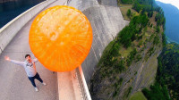 老外把巨型弹力球从165米高的水坝扔下,会怎样?意想不到的一幕发生了