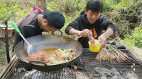 弟俩户外做美食,烤串煮面手艺不错,味道也香。