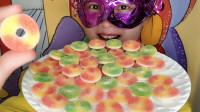 妹子吃迷你甜甜圈橡皮糖,小巧多色,韧劲十足香甜  美味超棒