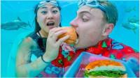 老外情侣自家泳池布置水下餐厅,还吃起了泡面!这是什么神仙操作