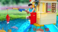 太搞笑了!萌宝小正太的小木屋被淹没了!他竟钓起鱼?趣味玩具故事