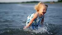 宝宝玩水玩出新高度,热爱劳动,从做起!