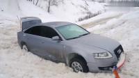 奥迪A6和丰田普拉多雪地越野,遇到雪坡时,才知道车主有多尴尬!
